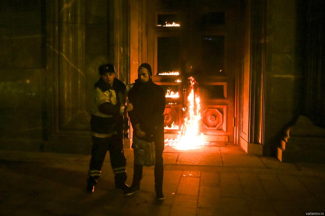 Блогеры бурно отреагировали на перформанс российского художника Петра Павленского