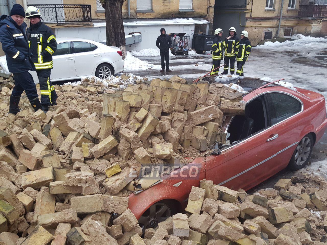 ВКиеве обвалилась стена, повреждены два автомобиля игазопровод