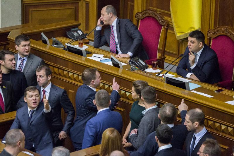 На заседании во вторник им удалось только утвердить календарный план первой сессии парламента