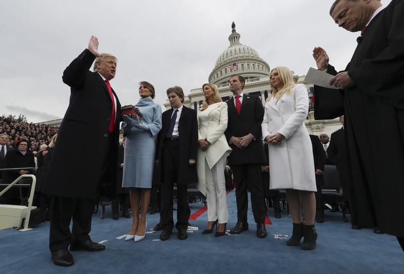 45-й президент США под протесты принес присягу